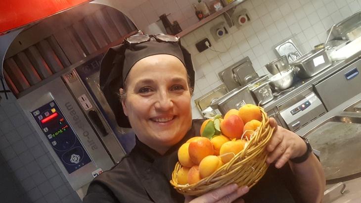 La chef Maria Luisa nella sua cucina
