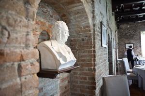 Il busto del Conte Camillo Benso di Cavour all'interno del ristorante Al Castello