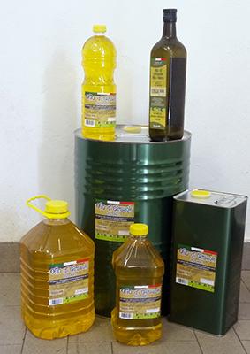 Vari formati e contenitori dell'olio di semi di girasole Strizzaisemi