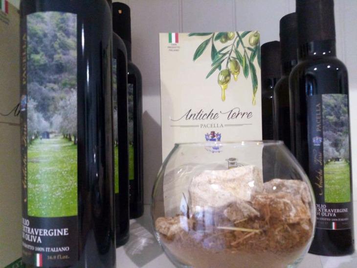 Bottiglie dell'olio extravergine d'oliva Antiche Terre Pacella
