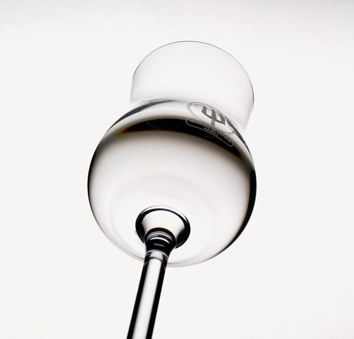 Il bicchiere da grappa con il marchio del Tridente