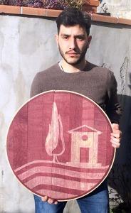 Massimo Pagliai con una sua opera