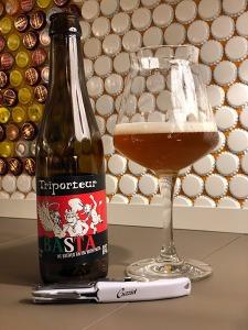 La birra Basta in bottiglia e nel bicchiere