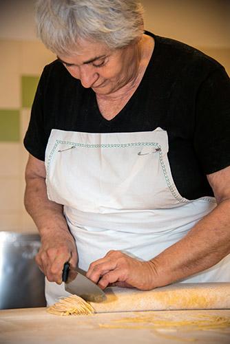 Gemma che taglia i tajarin