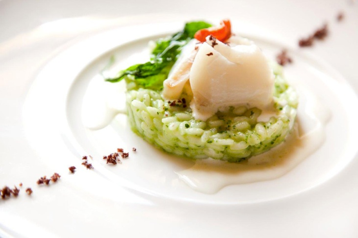 Risotto all'aglio orsino, baccalà e pomodorini confit