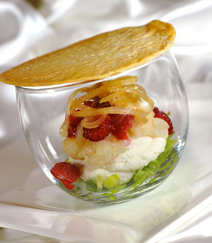 Scampo in vetro con raviggiolo, lamponi e cardo di Cervia croccante