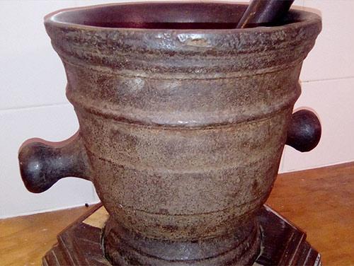 L'antico mortaio usato dalla Distilleria Leardini