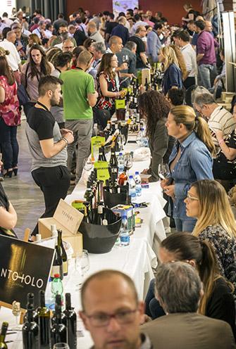 Appassionati wine lover ai banchi d'assaggio Fivi