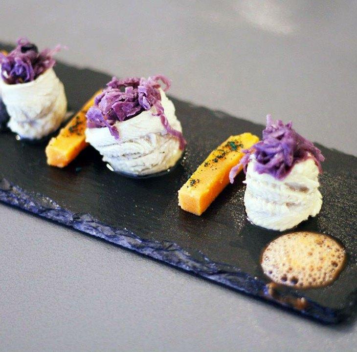 Filetti di sardine marinati al lime e pepe verde con stick di patate dolci e cipolle caramellate alla Stevia di Feat Food