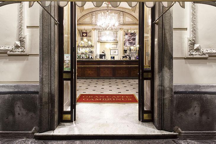 L'ingresso del Gran Caffè Gambrinus di Napoli