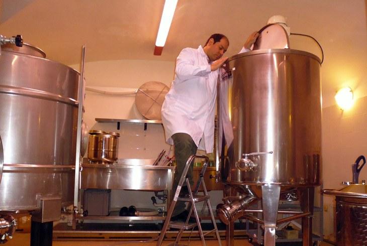 Mauro Leardini nel suo laboratorio
