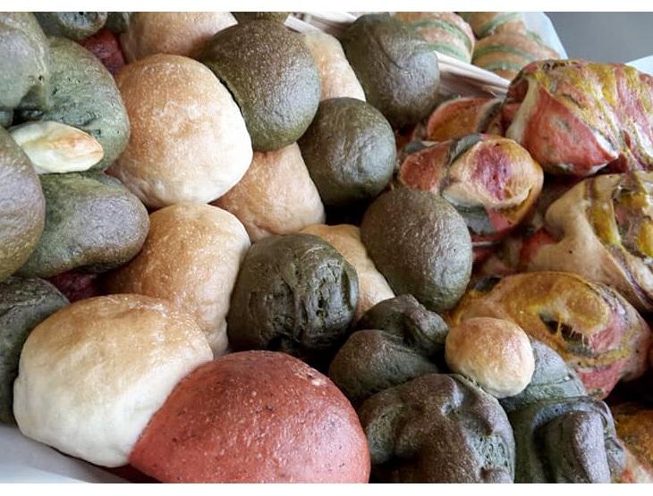 I vari tipi di pane multicolor realizzati dal Gruppo Giovani Panificatori