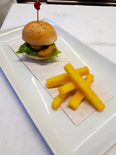 Presentazione del Panino con le cozze di Cervia fritte con Bastoncini di Polentami al curry e sale dolce di Cervia