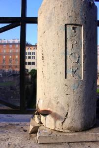 Calice sotto un ceppo romano