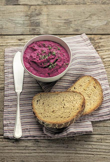 Humus di barbabietola, una delle tante gustose ricette del volume Mangiare con gusto e vivere 100 anni