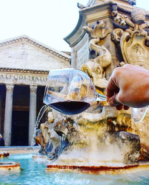 Il Pantheon con la sua fontana e un calice di vino della Doc Roma
