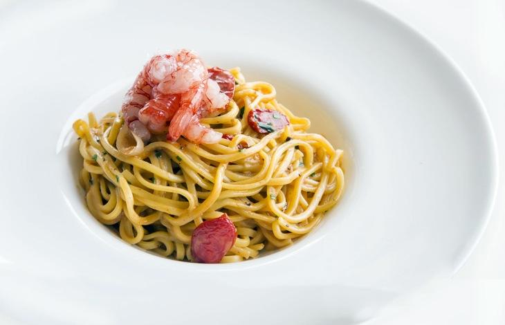I Tagliolini al crudo di gamberi rossi di Mazara Del Vallo con basilico e tartufo nero estivo del ristorante Molo 21