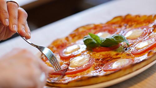Pizza pomodori, pachino e basilico