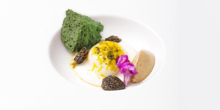 Uovo cremoso su fonduta di robiola di Roccaverano, maionese di mandorla di Avola, spugnole e spugna allo spinacio_Franco Madama