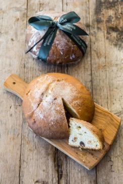Il Pandolce alle olive taggiasche confezionato e sul tagliere