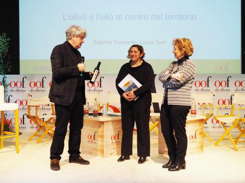 uigi Caricato, creatore di Olio Officina Festival, con Sabrina Tremonte (Sindaco di Cavaion Veronese) e Laura Turri (Presidente del Consorzio Olio Garda Dop)
