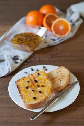 Fette di pane tostato spalmate di Marmellata di arance e cioccolato Le Monfumine
