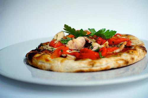 Pizza con pollo e peperoni
