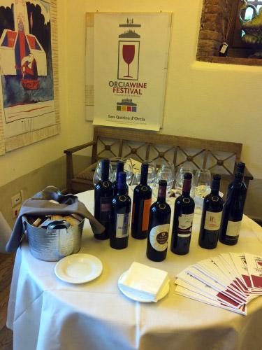 Tavolo con alcuni vini Orcia Doc