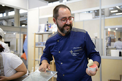 Alberto Marchetti con uno dei suoi celebri gelati