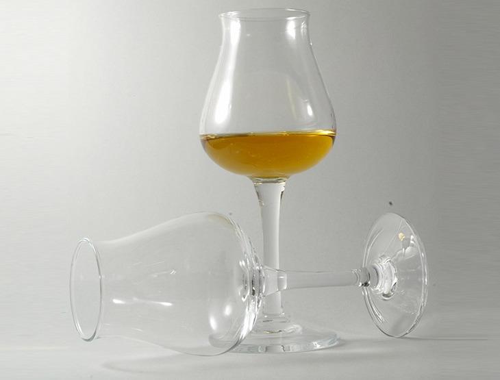 Bicchiere con grappa invecchiata