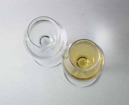Bicchieri con grappa giovane e invecchiata