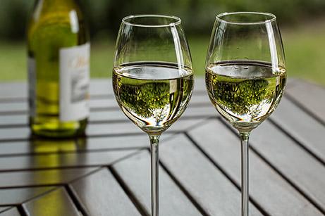 Bottiglia e bicchieri di vino bianco