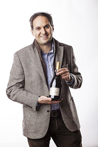 Rudy Kofler, enologo della Cantina Terlano con la premiata bottiglia di Terlaner I Grande Cuvée 2016