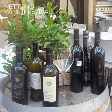 Bottiglie e calice al Nettuno Wine Festival