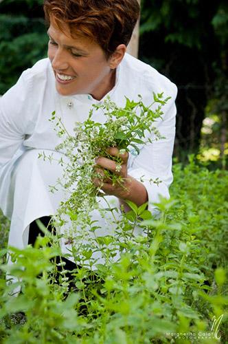La chef Mariangela Susigan nel suo orto