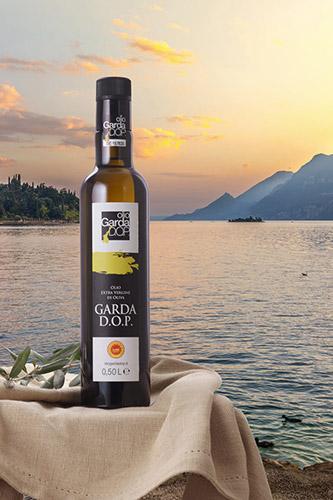 L'olio Garda DOP sullo sfondo del lago