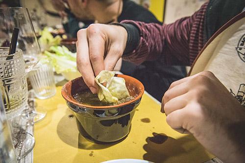 Come si mangia la Bagna Cauda