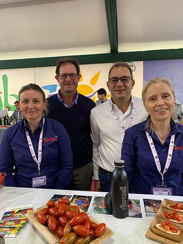 Mariano Di Vito insieme ad alcuni produttori
