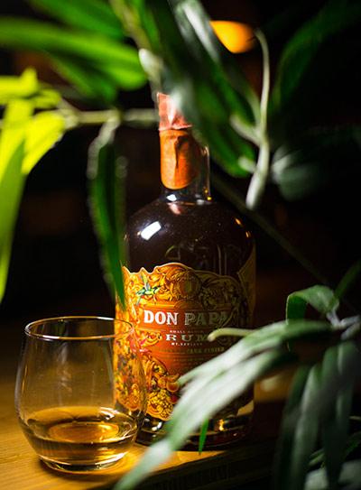 Bottiglia di Rhum Don Papa Cask Finish e il suo bicchiere