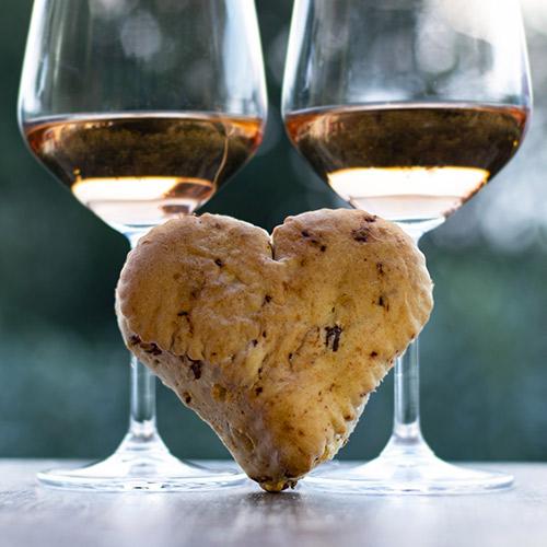 Due calici di Chiaretto di Bardolino con un cuore di pane al prosciutto crudo