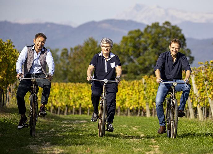 Marco e Massimo ZorZettig con la mamma Gabriella in bici tra le vigne