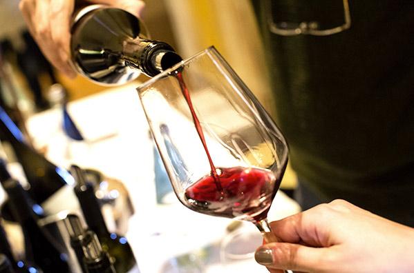 Mescita di vino rosso durante gli eventi di VinNatur