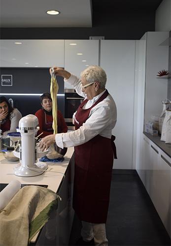 Angela Verdiani alle prese con la preparazione del pane