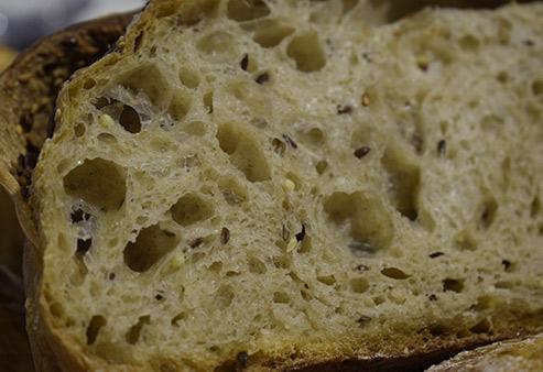 L'interno del pane ai cereali e farina semintegrale