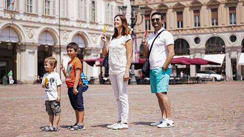 Famiglia a spasso con i sorbetti su stecco di Marchetti