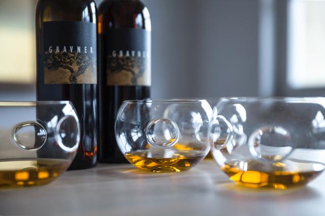 Bottiglia e bicchieri Gravner