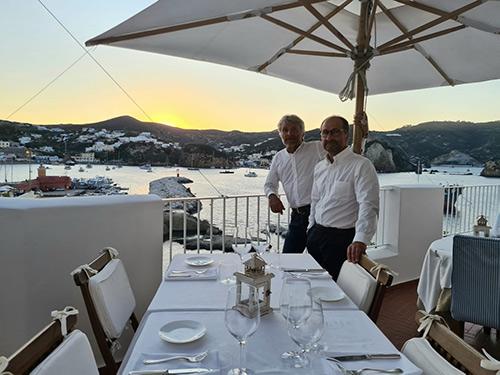 Esterno dell'Acqua Pazza con il patron Gino Pesce
