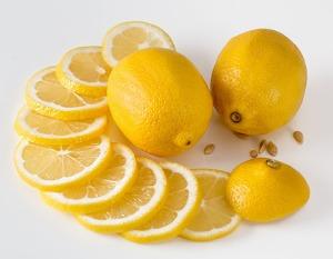 Limoni interi e a fette