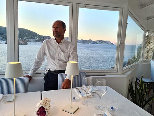 Lo chef Gino Pesce nel suo ristorante Acqua Pazza