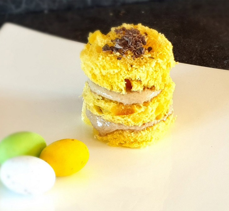 Tortino di colomba artigianale, mousse al caffè e scaglie di cioccolao extra fondente al sale dolce di Cervia